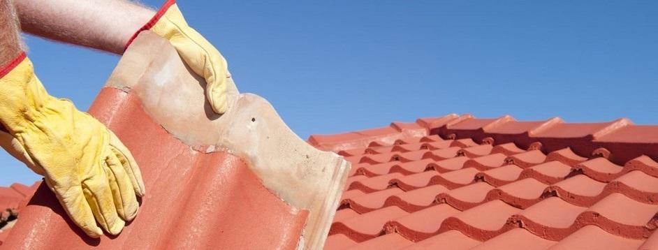 Un couvreur sur un toit