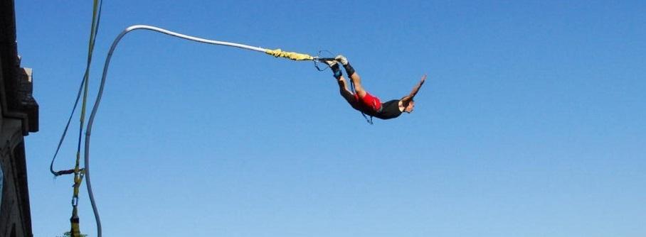 Un homme saute à l'élastique